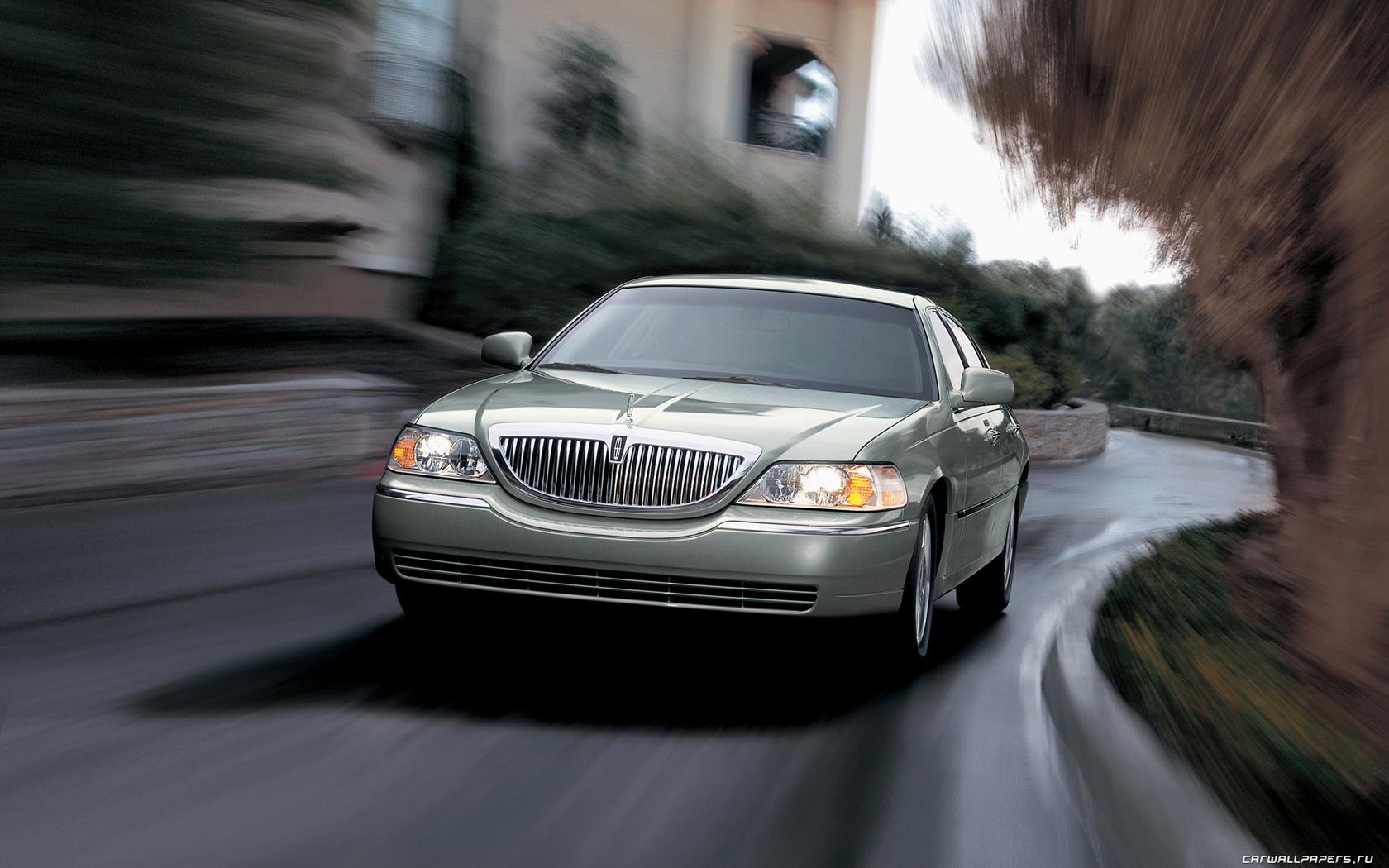 Lincoln-Town-Car-2006-1680x1050-005